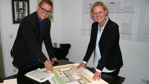 Harald Ruhwinkel und Anette Brachthäuser mit den Plänen. | Foto: Jens Joest