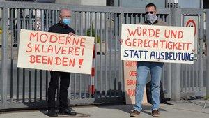 Pfarrer Kossen (links) und ein Mitstreiter vor dem Westfleisch-Tor