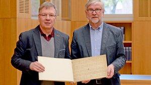 Peter Behrenberg (Leiter der Diözesanbibliothek, links) und Franz Josef Ratte mit dem Noten-Fund. | Foto: pbm