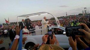 Franziskus live: Pilger aus dem Bistum konnten den Papst zu Beginn der Vigil in Panama ganz nah erleben.