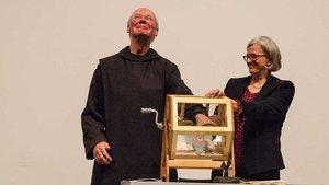 Pater Andreas Werner zog die Gewinner der Tombola. | Foto: Christof Haverkamp