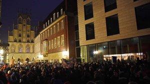Auch auf dem Domplatz drängten sich Demonstranten – bis zu der Absperrung, die das Rathaus (im Bildhintergrund) schützte.
