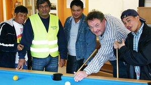 Franz Wellerding (zweiter von rechts) am Billardtisch mit Gästen des Seamen's Club. Foto: Michael Rottmann