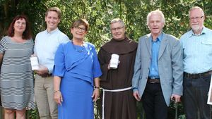 Danken den Spendern (von links): Birgit Winterhalter (Caritas), Roland Vilsmaier, Anne Hakenes (beide Katholikentag), Bruder Matthias Maier, Wolfgang Spohn Haniel (beide Missionszentrale der Franziskaner) und Harald Westbeld (Caritas).