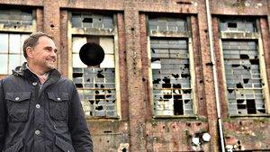 Industrie-Brache: Thomas Pyszny vor einer Halle auf dem ehemaligen Werksgelände der Zeche, auf der er arbeitete. | Foto: Michael Bönte