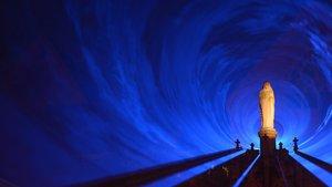Einen blauen Laser-Tunnel wie hier 2015 auf dem Kapitelsfriedhof beim Domjubiläum wird es am 31. Oktober und 1. November auch in Münsters Lambertikirche geben.