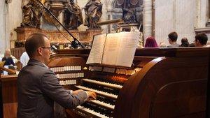 Ulrich Grimpe, Leiter des Referats Kirchenmusik im Generalvikariat Münster, am Spieltisch der Pfeifenorgel im Petersdom.