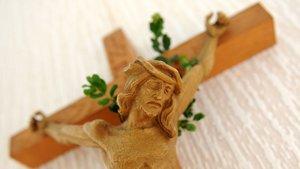 Zweige am Kreuz erinnern an Palmsonntag