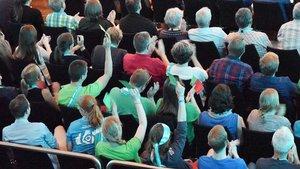 Manche Zuhörer kommentierten Aussagen der Politiker mit roten und grünen Karten. | Foto: Michael Bönte