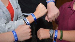 Das blaue Armband ist das Erkennungszeichen der Schüler für die Rom-Wallfahrt. | Foto: Christian Breuer (pbm)