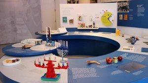 Im Herzen des großen Ausstellungsraums ist ein spiralförmiger Tisch installiert, der anschaulich den jüdischen Kalender und seine Feiertage erläutert. | Foto: Johannes Bernard