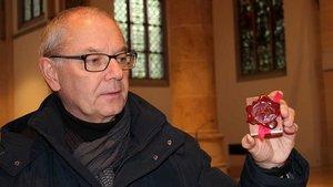 Pfarrer Klemens Schneider zeigt das versiegelte Reliquienkästchen. | Foto: Johannes Bernard