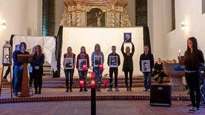 Als Fürbitten lasen die Schüler Biographien von Opfern vor, entzündeten eine Kerze und beteten für sie.