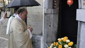 Gregor Kauling betet im Regen vor dem Gnadenbild in Kevelaer. | Foto: Christian Breuer (pbm)