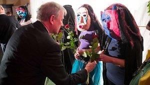 Eine Rose für jede Schauspielerin: Weihbischof Theising am Ende der Vorstellung.   Foto: pd