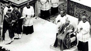 Bischof Ludvig Martensen (links) und Bischof Ludwig Averkamp bitten Papst Johannes Paul II. um die Seligsprechung Niels Stensens. | Foto: Hans Rochol