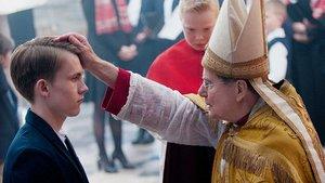 Kardinal Barbarin (François Marthouret) bei der Firmung von Alexandres Sohn Gauthier Guérin (Max Libert).
