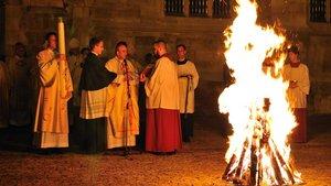 """In der Osternacht wird an einem """"neuen Feuer"""" die Osterkerze entzündet und in die dunkle Kirche getragen."""