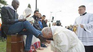 Papst Franziskus küsst in der Asylunterkunft in Castelnuovo di Porto während der Gründonnerstagsmesse 2016 Flüchtlingen und Migranten die Füße. | Foto: Agencia Romano Siciliani (KNA)