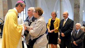 Vertreter des Bistums Hildesheim begrüßen ihren neuen Bischof Heiner Wilmer.