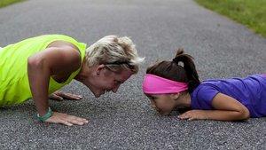 Wie können Mütter ihren Töchtern Flügel verleihen, sodass sie später zurechtkommen und beweglich bleiben? Sport stärkt das Selbstbewusstsein. | Foto: pixabay.de