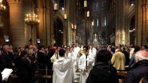 Das Allerheiligste wird aus der Kathedrale gebracht.