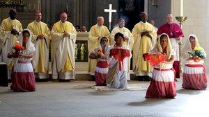 """Beim """"Rito de la flor"""" in Münsters Dom schwenkten Frauen und Männer aus Tula Blumen und Weihrauch in die vier Himmelsrichtungen."""