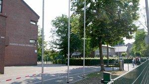 Das Alexander-Hegius-Gymnasium (links) nutzt bereits jetzt die Räumlichkeiten des Das Josef-Cardijn-Hauses (Hintergrund) mit. | Foto: Rudolf Schmitz