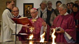 Bei der Weihe durch Weihbischof em. Dieter Geerlings wird auch Feuer auf dem neuen Altar entzündet.
