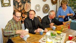 Auf dem Weidenhof diskutiert der Regionalbischof mit den Bauern die Zukunft der heimischen Landwirtschaft. | Foto: Jürgen Kappel
