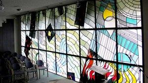 Die Fenster der Kapelle in der Marler Paracelsus-Klinik stammen von Georg Meistermann.   Foto: Johannes Bernard