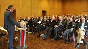 Michael Fischer von der St. Franziskus-Stiftung bei seinem Vortrag vor 130 Vertretern von Kliniken und deren Trägern im Diözesancaritasverband. | Foto: pd