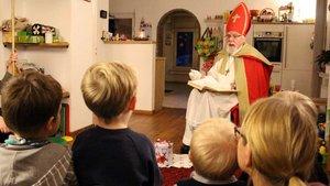 Der Nikolaus zu Besuch bei einer Familie. | Foto: Marie-Theres Himstedt.