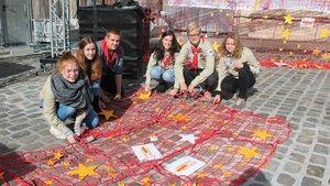 Pfadfinder knüpften die roten Netze mit den gelben Sternen für die KFD zusammen.