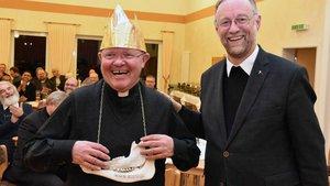 Der neue Kohlkönig Rudolf Büscher (links) erhält die Insignien von seinem Vorgänger Ludger Fischer. | Foto: Ludger Heuer (pd)