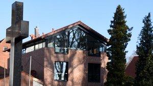 Einladender Neubau direkt am Gräberfeld – das Haus passt ins Konzept des Friedhofs.