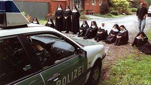 Sitzprotest der Schwestern des Benediktinerinnenabtei Sankt Scholastika in Dinklage gegen die Abschiebung einer ukrainischen Familie, die im Kloster Asyl gefunden hat, am 20. September 1999.