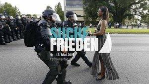 Plakat »Aufrecht«: Ein Frau trotzt der Polizeigewalt während einer Protestaktion nach dem Tod des Afroamerikaners Alton Sterling in Baton Rouge. | Foto: Reuters