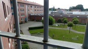 Gitter gibt es in der Justizvollzugsanstalt Oldenburg nur an den Außenmauern.