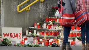 Trauer am Joseph-König-Gymnasium nach dem Tod von 16 Schülern und zwei Lehrern bei einem Flugzeugabsturz am 24. März 2015: Kerzen und Blumen auf der Treppe vor der Schule. | Foto: Michael Bönte