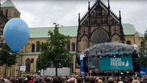 Der 4.300-Sänger-Chor auf dem Domplatz in Münster. | Foto: Marie-Theres Himstedt