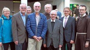 Zur Verabschiedung von Heinz Abdinghoff (4. von links) und Übergabe der Wallfahrtsleitung an Christian Schwenninger (2. von links) kamen auch Weihbischof em. Dieter Geerlings (3. von rechts) und Bürgermeister Lothar Christ (2. von rechts). Guardian Pater R
