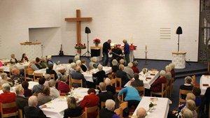 In der Erlöserkirche der evangelischen Gemeinde Gütersloh darf gezaubert werden: Hier zeigt Florian Renner einen Entfesselungstrick. | Foto: Marie-Theres Himstedt