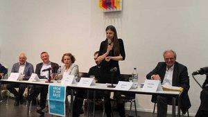 Die Journalistin Christiane Florin (stehend) diskutierte mit Professor Hubert Wolf (rechts) und weiteren Podiums-Teilnehmern über die aktuelle Missbrauchs- und Kirchenkrise. | Foto: Karin Weglage
