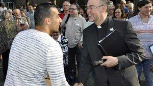 Der muslimische Sänger Issam Bayan und Weihbischof Rolf Lohmann reichten sich zum Friedensgruß die Hand. | Foto: Christian Breuer (pbm)