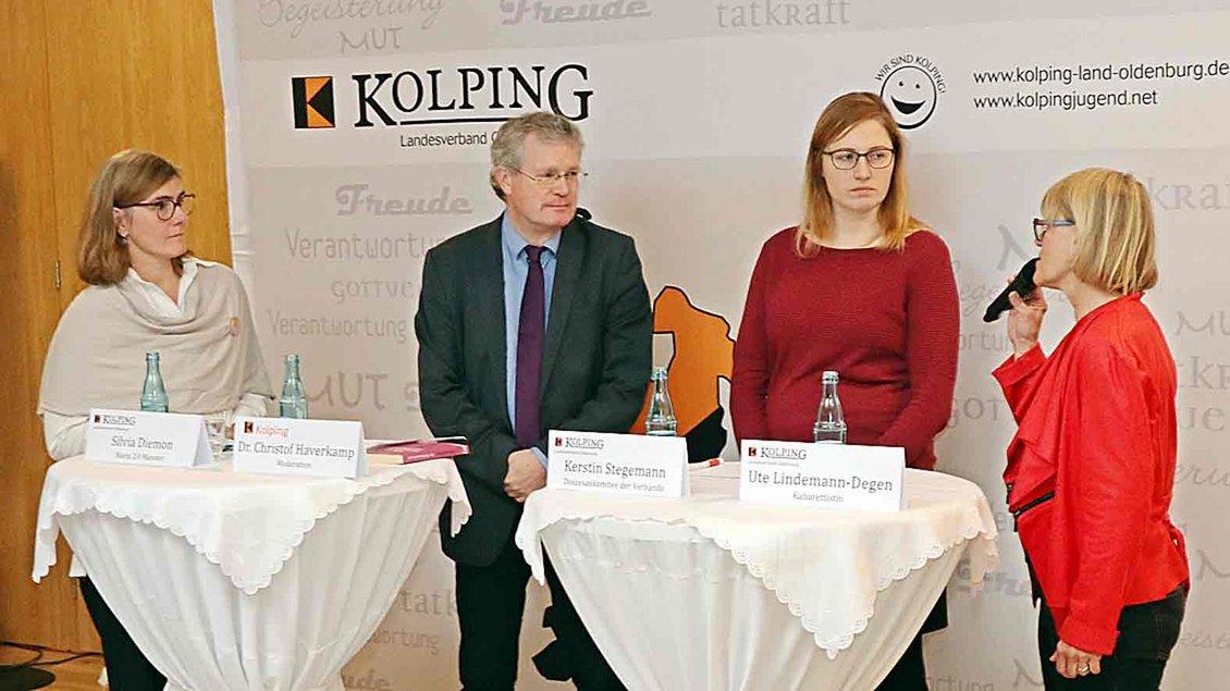 Auf dem Podium in Dinklage: (von links) Silvia Diemon, Christof Haverkamp, Kerstin Stegemann und Ute Lindemann-Degen. Foto: Michael Rottmann