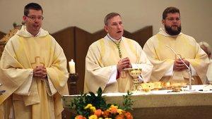 Frater Christoph Tobias Brandt OP (links) und Fr. Augustinus Johannes Hildebrandt OP (rechts) mit Weihbischof Wilfried Theising