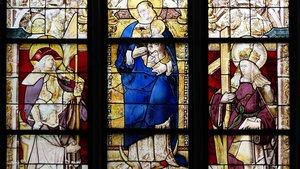 Das Mutter-Gottes-Fenster ist um 1533 entstanden und zeigt die Maria zwischen den Heiligen Viktor und Helena. | Foto: Dombauhütte.