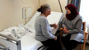 Fadime Eroglu spricht mit Patientin.