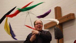 Wenn aus einem Regenschirm Gottes gute Wünsche werden, dann hat Florian Renner ein tolles Kunststück vollbracht. | Marie-Theres Himstedt